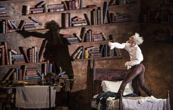 Ole Willy Falkhaugen gjør en fremragende jobb i tittelrollen som Don Quixote. Gode nyanser. Fot Erik Berg
