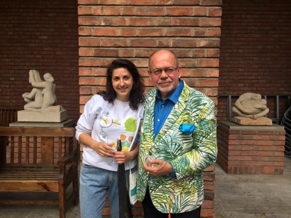 Anna Daniell, som i løpet av utstillingsperioden vil lage 15 skulpturer med inspirasjon fra Oslos 15 bydeler. Her sammen med redaktør Henning Høholt i Kulturkompasset på vernissagen.