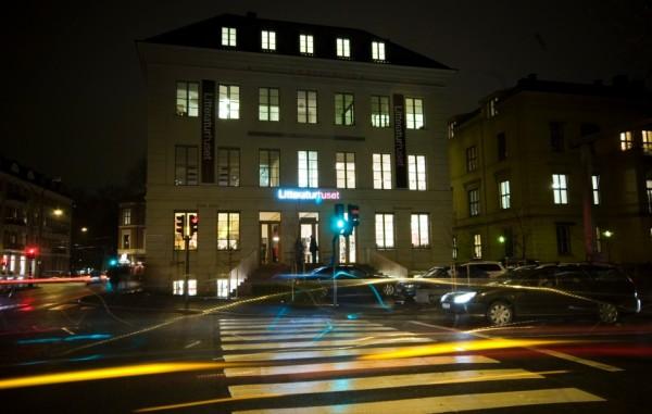 Litteraturhusets fasede fotografert om kvelden.