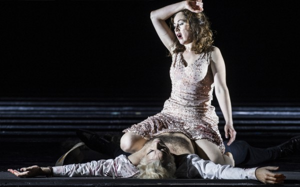 """Svetlana Aksenova, har endelig fått sunget sin vakre arie: """"Visi d´Arte"""", i andre akten, og etter samleiet, som Bietito, """"tradisjonen tro"""" har fått puttet inn i forestillingen, med Scarpia, tatt livet av ham. Foto Erik Berg"""