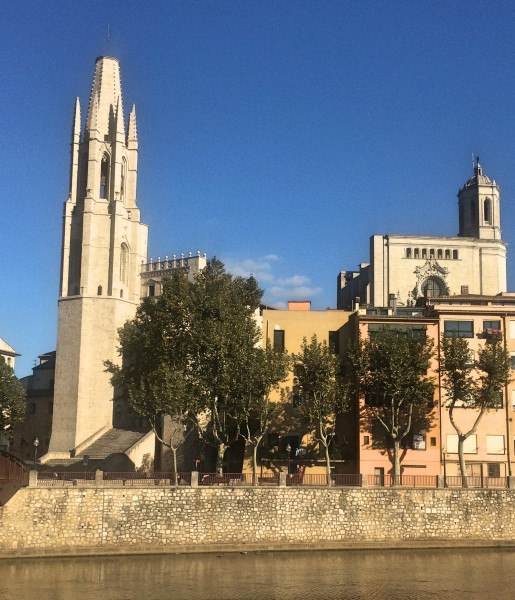The Collegiate Church of Sant Feliu, as seen from the river Onyar. Right is Tower of the Cathedral. Photo Henning Høholt