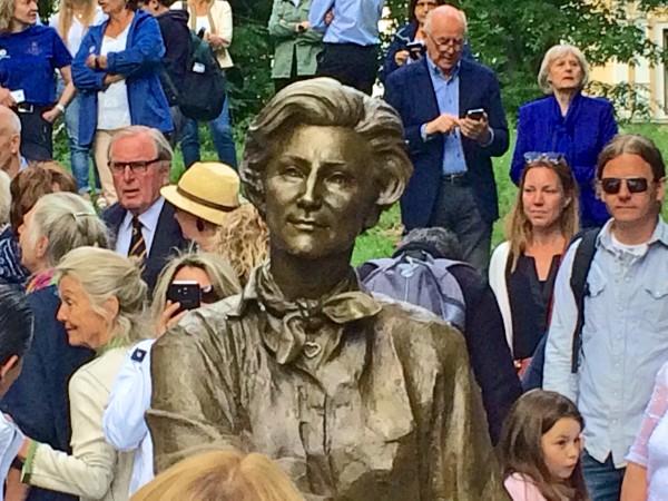 Publikum omkranser skulpturen av Dronningen, og beundrer, hvor vellykket Kirsten Kokkin har klart å få frem dronningen og hennes ansikt. Foto Henning Høholt