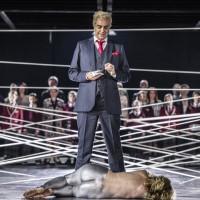 Fra Tosca på Den Norske Opera i Calixto Bieitos regi og nettverk, 1. akt. Midt i bildet Claudio Sgura som Scarpia. Foto Erik Berg.