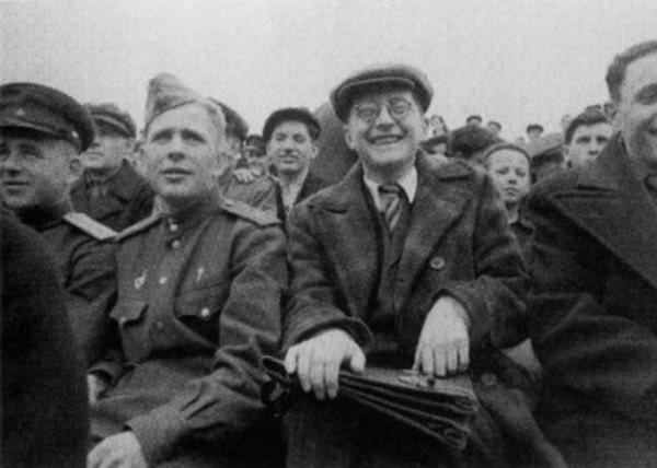 Dmitri Schostakowitsch – working hard to be a people's artist – here at a football game. Photo www.cmuse.org