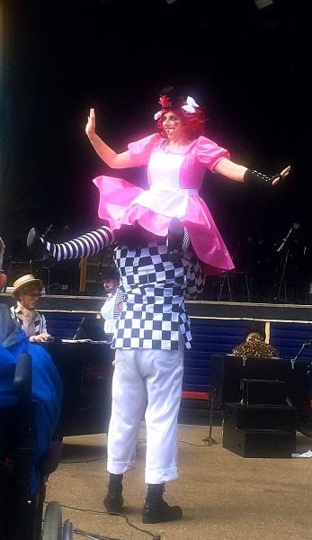 Frederikke Kampmann (Nedda) synger ubesværet på skudrene til Tuk Frederiksen.