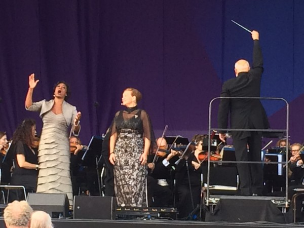 Blomsterduetten fra Puccinis opera Butterfly med Elizabeth Llewellyn og Hanne Fischer som Suzuki. Meget vakkert. Til høyre dirigenten Giuliano Carelia.