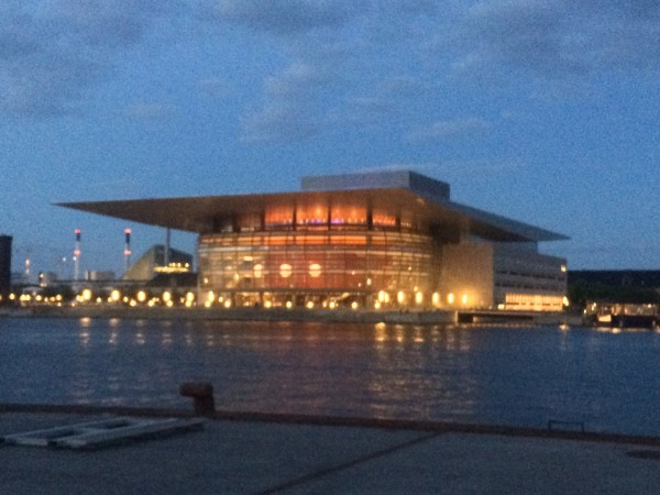 Utsikt fra Ophelia plass til Københavns flotte Operahus. foto Henning Høholt