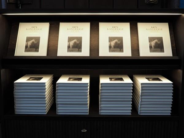 Boken om Den Kongelige Stall redaktør Ingebørg Lønning, bilderedaktør Jan Haug er på plass i Utstillingens butikk.