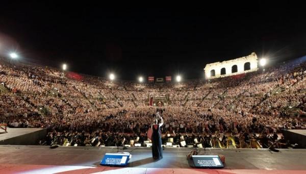 !4000 tilskuere fylte helt opp Arena di Verona, ikke en ledig plass å oppdrive. Foto Ennevi.