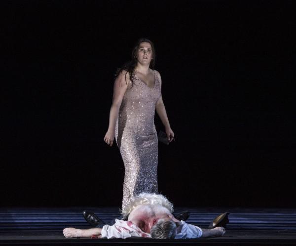 Nina Gravrok var flott som Tosca, her etter avsluttet samleie med påfølgende drap av og med Scarpia midt på scenen i andre akten. Foto Erik Berg
