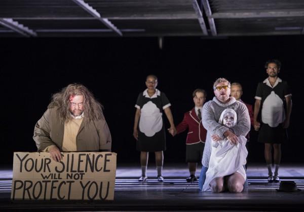 Yngve Søberg, til venstre som Cesare Angelotti, gjør den mest helstøpte figuren i denne Tosca produksjonen. Foto Erik Berg