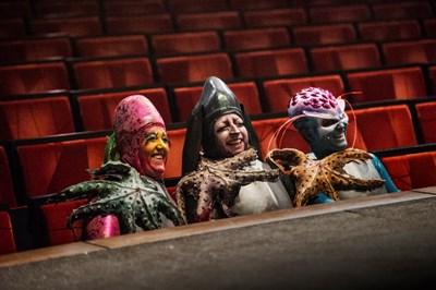 De tre damer venter på å skal tilbake på scenen, for en gangs skyld på plass i salen.