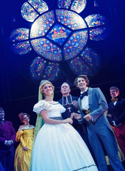 Bryllup tv Cosette - Jenny Langlo, th Marius - Lars Henrik Aarnes, i midten presten Håvard Bakke. Scenografi: Petr Hlousek.