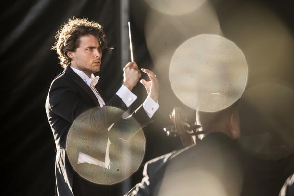 Paradekoncerten på Ofelia Scenen med dirigent Emil Eliasson - Foto: Ólafur Steinar Gestsson