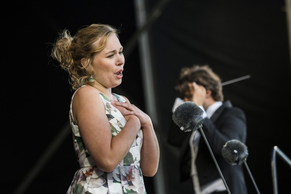 Årets talent, Sopranen Elsa Dreisig, var en viktig gjennomgangsfigur i paradekonserten, og gjorde det riktig bra.