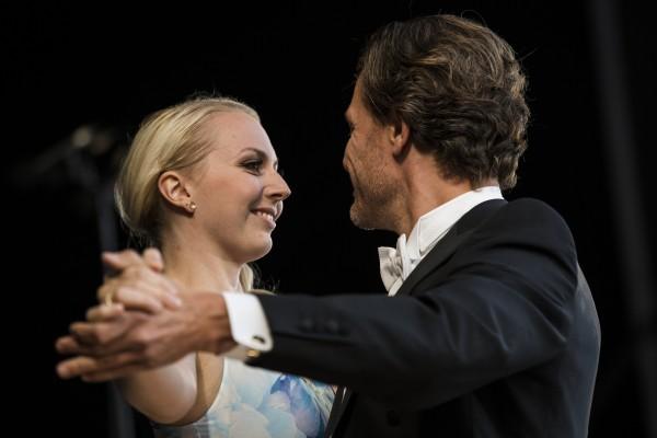 Sopran Sofie Elkj¾r Jensen og baryton Palle Knudsen sjarmerer publikum med sang og en liten vals.