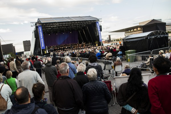 Oversiktsbilde fra CPH Opera Festival 2017. Paradekoncerten på Ofelia Scenen. - Til Høyre det nye operahuset i København.