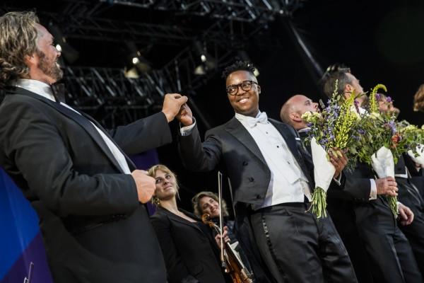 Applaus for Paradekoncerten pŒ Ofelia Scenen. Festivalsdirekt¿r Peter Lodahl og Tenor Levy Sekgapane