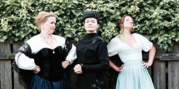 Prostinne Seeberg omgitt av to hardt arbeidende damer.. Foto: Arne Martinsen