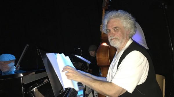 Tor Halmrast ruver og ruler ved klaveret. Foto: Liv Baden