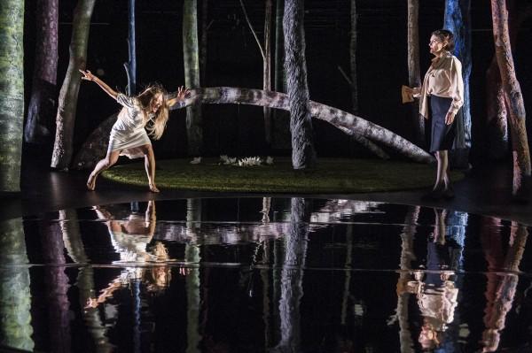 Ballerina - til venstre Silje Marie Aker Johnsen som glimrende spiller rollen som Malin. Til høyre Hege Høisæter som hennes mor Edith. Fremraende scenografi. Foto: Erik Berg