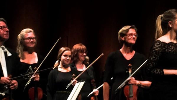En gruppe av Operaorkstrets fremragende frste violinister får velfortjent applaus. foto Henning Høholt