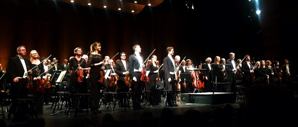 Den Norske Operas Orkester, Øyvind Bjorå og vi skimter akkurat dirigenten Karl-Heinz Steffens ansikt som stikker frem til høyre for Bjorå i sentrum.