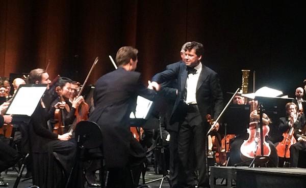 Den briljante violinsolisten i Brahms violinkonsert Juiian Rachlin takker Øyvind Bjorå for samarbeidet.  til høyre kveldens dirigent Karl-Heinz Steffens. Mellom de to var samarbeidet et forbilde, iblant lurte jeg på om det var Rachlin som satte tempi, men jeg tror at de forstod hverandre så vell, og før denne konserten hadde lagt til grunne et omfattende prøvearbeide. BRAVO.