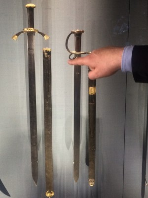To the left the sword that Martin Luther had to protect him self. In Grünes Gevolbe, Dresden. The hand showing is the director from the Museum. Foto Henning Høholt