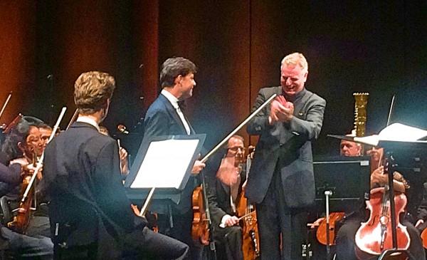 Julian Rachlin, center, apluderes av fdirigent Karl-Heinz Steffens til høyre, foto Henning Høholt