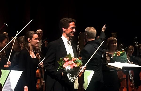 Øyvind Bjorå, kveldens flotte konsertmester med blomster, mottar vellfortjent applaus etter sin strålende innsats, både som konsertmester, men samtidig som violinsolist i Ein Heldenleben av Richard Strauss  . Foto Henning Høholt