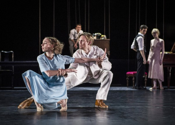 In front Eugenie Skilnand and Silas Henriksen as Thea Elvsted and Eilert Løvborg. Foto Erik Berg.