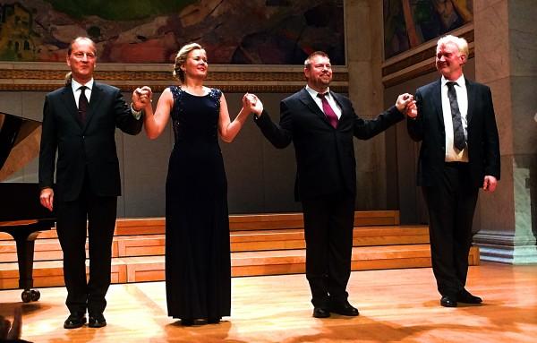 Applaus etter første del av konsertne med ra venstre kveldens orkester - MARKUS KVITS,, suveren ved flygelet. Stina Levvel, sopran,  Rolf Sostman, tenor, og  bass. Foto Tomas Bagackas.