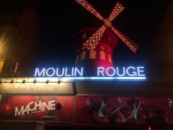 MOULIN ROUGE, et landemerke på Pigalle som ligger på Montmarte i Paris, få minutter fra Sacre Couer kirken og Malernes Plass - Place du Tertre. Foto Tomas Bagackas.