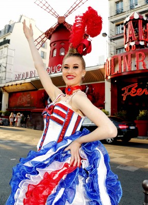 Shauna Staaf i Cancan kostymet foran inngangen til Moulin Rouge på Pigalle i Paris ©Moulin Rouge®-Foto: J.Habas