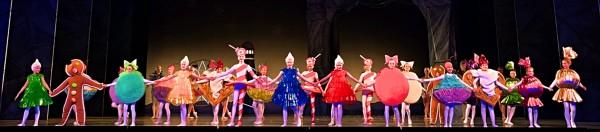 Godterier- 24 barn fra Operaens Ballettskole. et høydepunkt i Divertisementet. Foto Henning Høholt