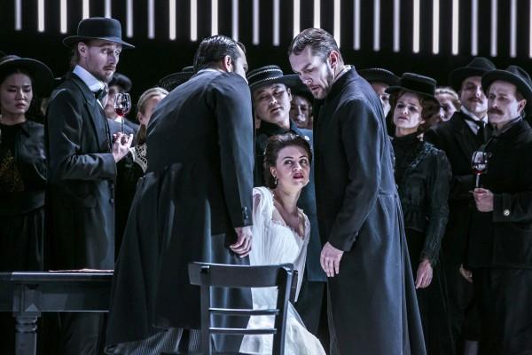 Aleksey Isaev (Lord Enrico Ashton), Venera Gimadieva (Lucia di Lammermoor), Georg Zeppenfeld (Raimondo Bidebent) © Jochen Quast